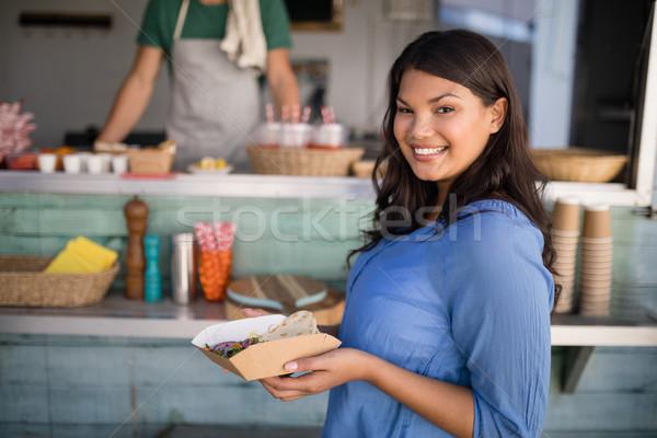 Mosolygó nő áll harapnivalók pult portré üzlet Stock fotó © wavebreak_media