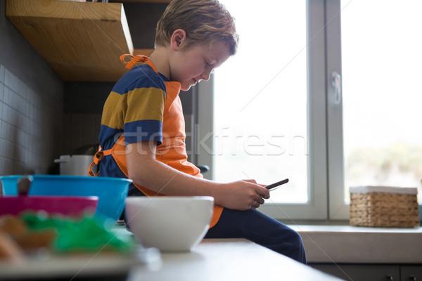 Menino digital comprimido balcão da cozinha vista lateral criança Foto stock © wavebreak_media