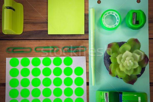Közvetlenül fölött lövés iroda fa asztal toll Stock fotó © wavebreak_media
