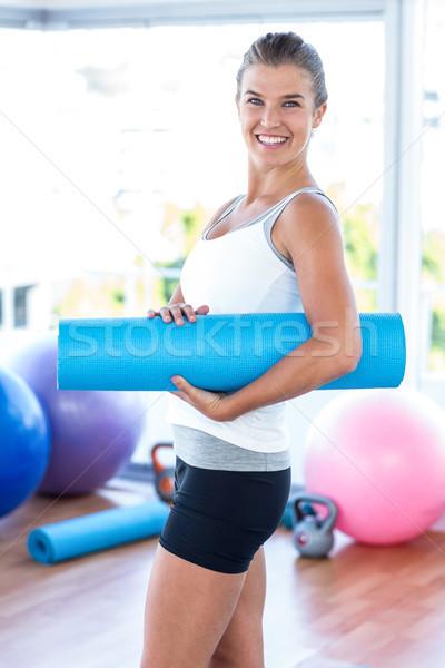 Seitenansicht Frau lächelnd halten Yoga-Matte Fitness Studio Stock foto © wavebreak_media