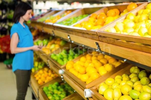 Portret glimlachende vrouw winkelen supermarkt business vrouw Stockfoto © wavebreak_media