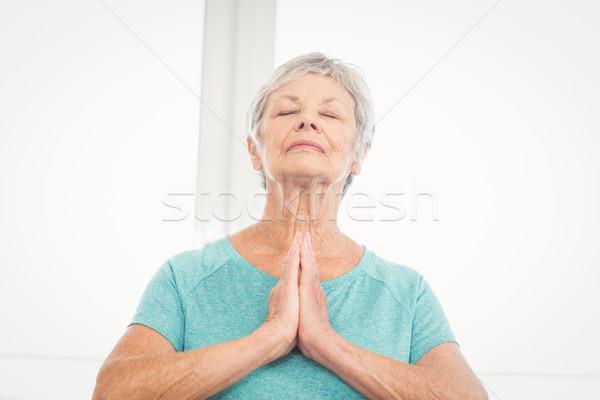 Idős nő imádkozik otthon csukott szemmel ima Stock fotó © wavebreak_media