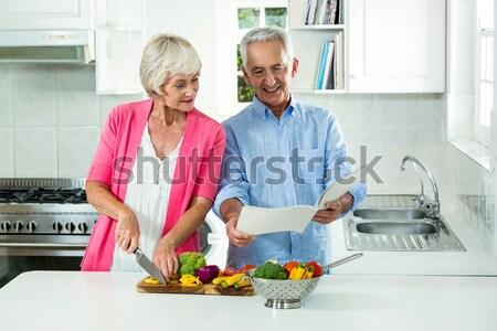 Alegre casal de idosos balcão da cozinha casa comida homem Foto stock © wavebreak_media