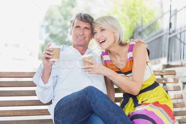 Heureux couple tasses de café parc séance banc Photo stock © wavebreak_media