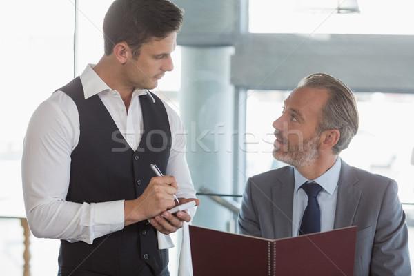 Pincér elvesz rendelés üzletember étterem férfi Stock fotó © wavebreak_media