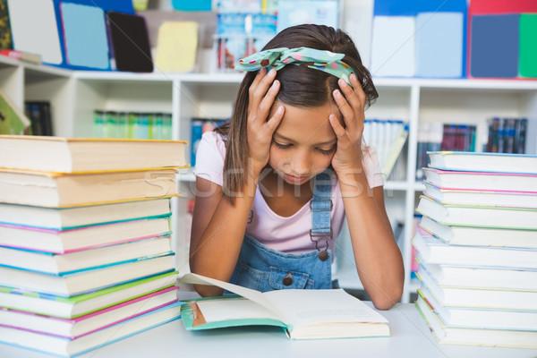 Iskolás lány olvas könyv könyvtár iskola lány Stock fotó © wavebreak_media