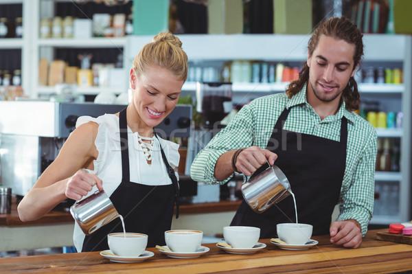 Uśmiechnięty kelner kelnerka kubek kawy Zdjęcia stock © wavebreak_media