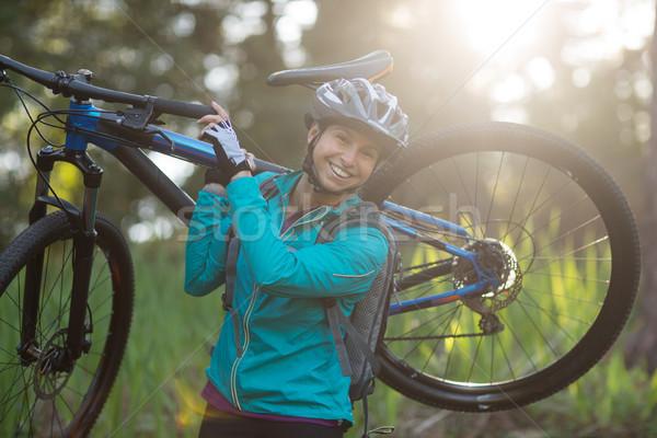 Portret vrouwelijke mountainbike platteland Stockfoto © wavebreak_media