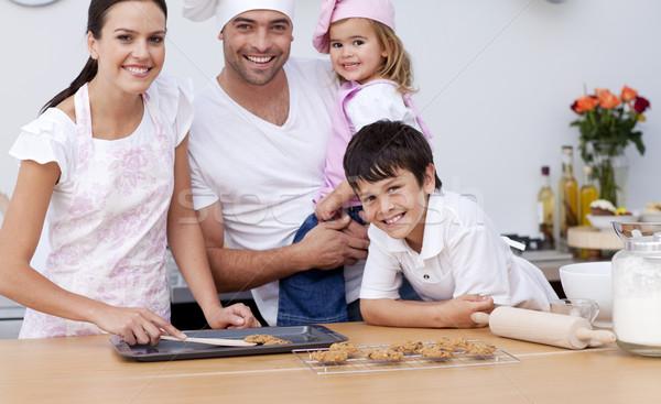 Sorridente família cozinha juntos mão Foto stock © wavebreak_media