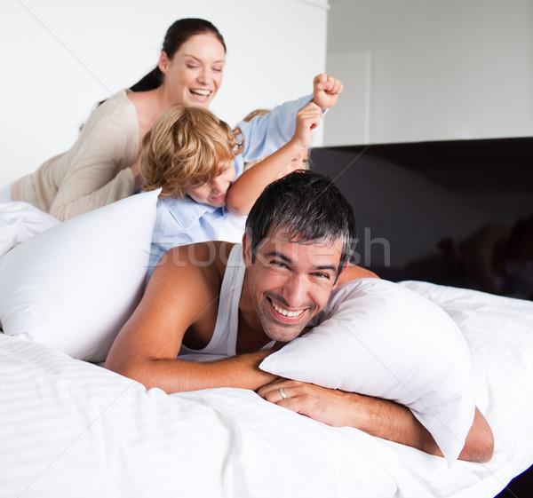 Rodziny gry poduszki szczęśliwą rodzinę kobieta relaks Zdjęcia stock © wavebreak_media
