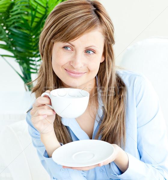 Mulher atraente sessão casa potável fora copo Foto stock © wavebreak_media