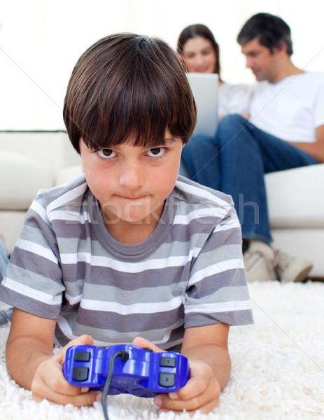 Concentrato ragazzo giocare videogiochi piano genitori Foto d'archivio © wavebreak_media
