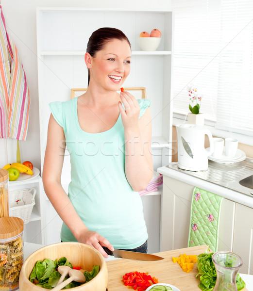 Encantado mulher jovem salada casa cozinha saúde Foto stock © wavebreak_media