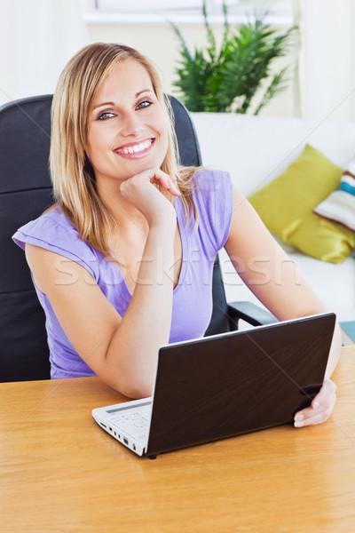 Brilhante mulher usando laptop sessão sala de estar sorridente Foto stock © wavebreak_media