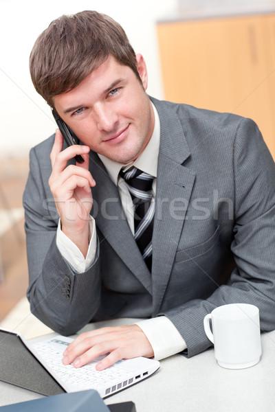 ストックフォト: ビジネスマン · 話し · 電話 · ラップトップを使用して · オフィス · ビジネス