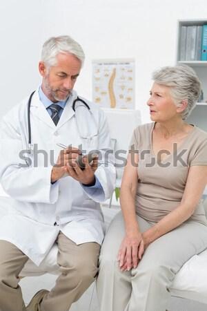 Idős orvos elvesz szívdobbanás beteg család Stock fotó © wavebreak_media