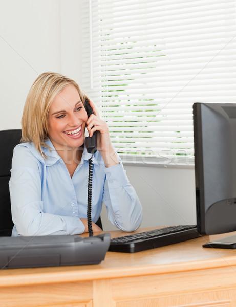 Di bell'aspetto imprenditrice telefono ufficio computer donna Foto d'archivio © wavebreak_media