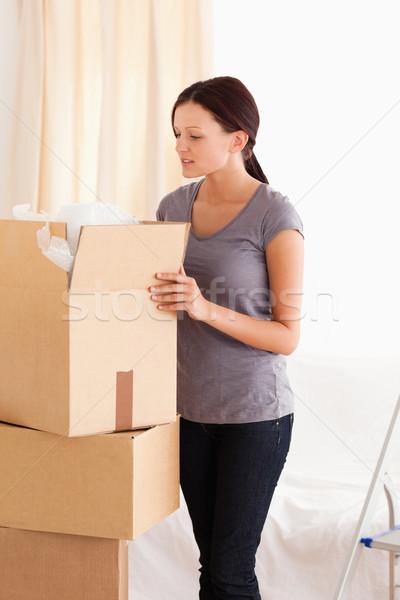 Mujer cartón cuadro habitación retrato Foto stock © wavebreak_media