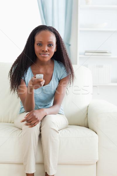 Mulher jovem sofá controle remoto tecnologia sala de estar salão Foto stock © wavebreak_media