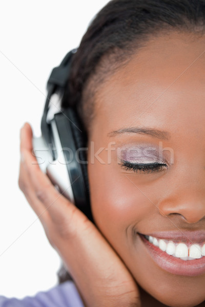 Stockfoto: Glimlachend · jonge · vrouw · luisteren · naar · muziek · witte · muziek