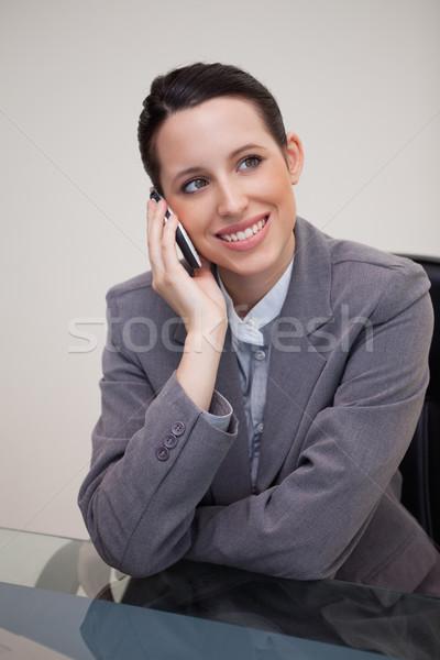 Jonge zakenvrouw mobieltje achter bureau computer Stockfoto © wavebreak_media