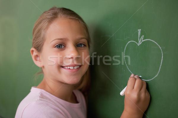 Stockfoto: Glimlachend · schoolmeisje · tekening · appel · Blackboard · glimlach
