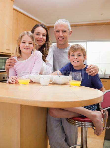 Retrato sorridente família café da manhã cozinha casa Foto stock © wavebreak_media