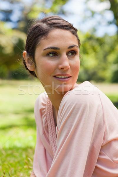 Vrouw nieuwsgierig gezicht naar kant beneden Stockfoto © wavebreak_media