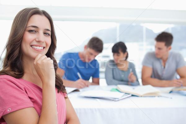 женщину глядя камеры улыбаясь стороны подбородок Сток-фото © wavebreak_media