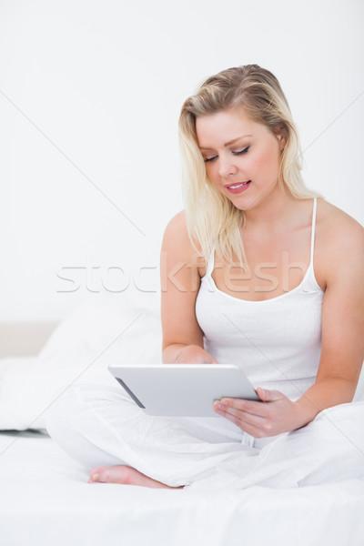 Ebook sesión cama digital femenino Foto stock © wavebreak_media