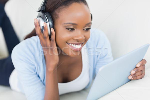 Afroamerikai nő tart táblagép mosolyog nappali boldog Stock fotó © wavebreak_media