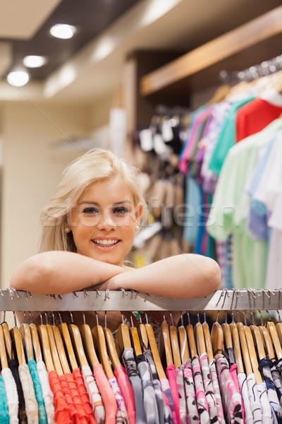 Stock fotó: Nő · dől · ruhaakasztó · butik · mosolygó · nő · üzlet