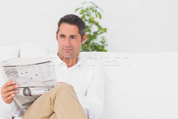 Komoly férfi olvas újság nappali ház Stock fotó © wavebreak_media
