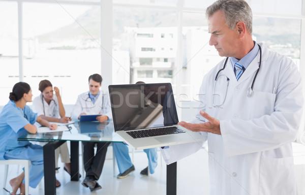 Arts laptop groep rond tabel Stockfoto © wavebreak_media