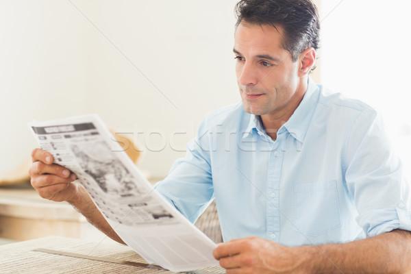 серьезный случайный человека чтение газета кухне Сток-фото © wavebreak_media