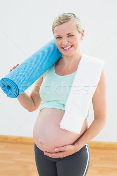 беременная женщина улыбаясь камеры осуществлять фитнес Сток-фото © wavebreak_media