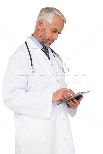 Koncentrált férfi orvos digitális tabletta fehér orvos Stock fotó © wavebreak_media