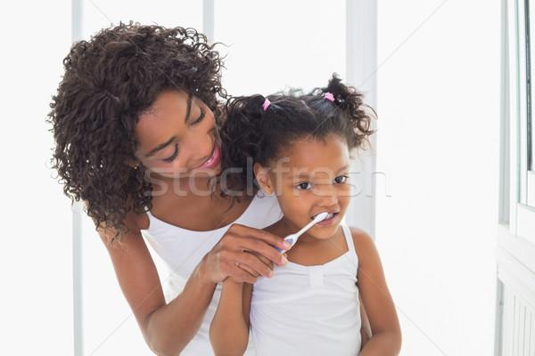 Güzel anne yardım kız fırçalamak dişler Stok fotoğraf © wavebreak_media