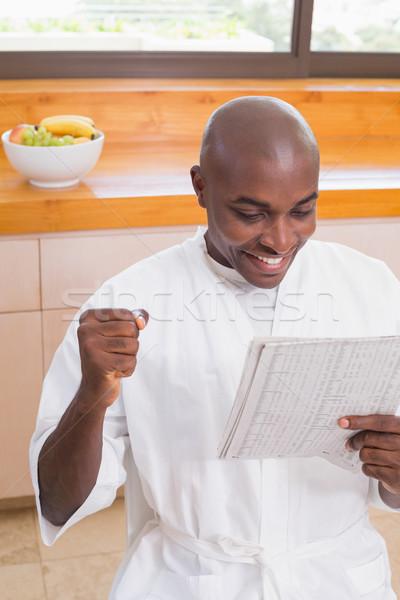 счастливым человека халат чтение газета домой Сток-фото © wavebreak_media