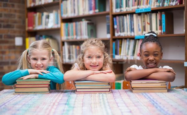 Aranyos iskolás mosolyog kamera könyvtár általános iskola Stock fotó © wavebreak_media