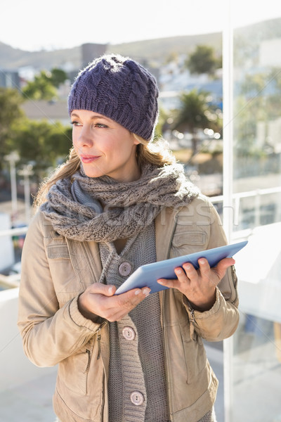Nadenkend blond warm kleding tablet stad Stockfoto © wavebreak_media