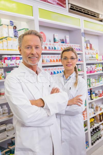Souriant pharmacien stagiaire pharmacie femme Photo stock © wavebreak_media