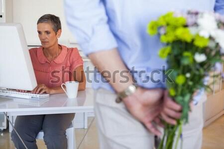 Hombre ocultación ramo mujer de negocios escritorio Foto stock © wavebreak_media