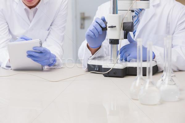 Wetenschappers onderzoeken iets microscoop laboratorium man Stockfoto © wavebreak_media