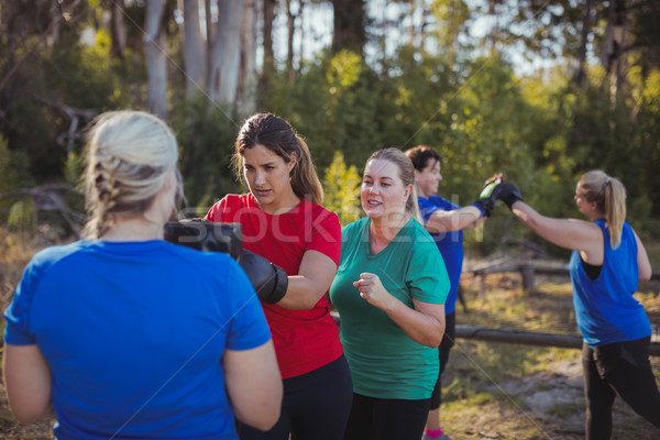 женщину бокса загрузка лагерь Сток-фото © wavebreak_media