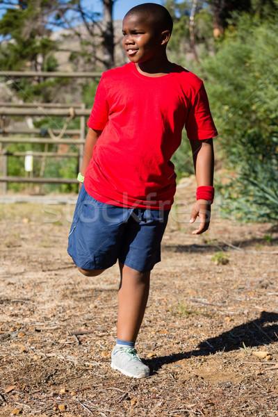 Fiú előad nyújtás testmozgás akadályfutás képzés Stock fotó © wavebreak_media