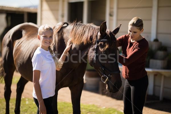 Madre hija tocar caballo familia Foto stock © wavebreak_media