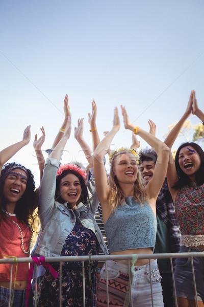 Vrolijk vrouwelijke fans heldere hemel genieten muziekfestival Stockfoto © wavebreak_media