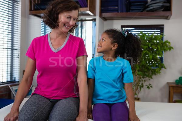Lány ágy klinika boldog orvosi női Stock fotó © wavebreak_media