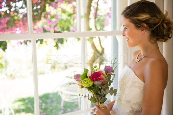 Widok z boku uśmiechnięty piękna oblubienicy bukiet Zdjęcia stock © wavebreak_media